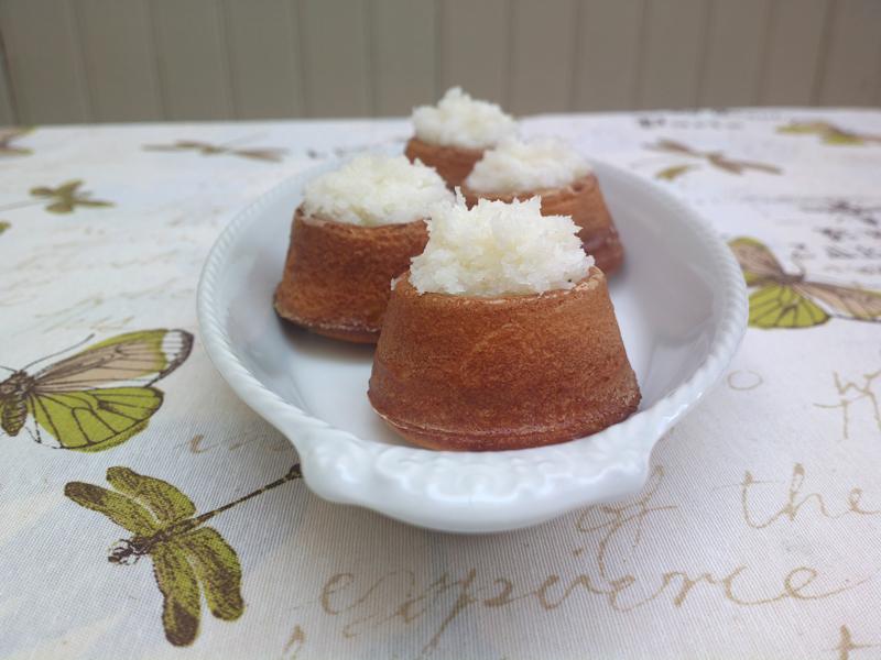 Coconut mini-volcanoes - brazilian cakes (light and funny)