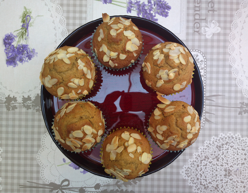 Spiced muffins with almonds and cream