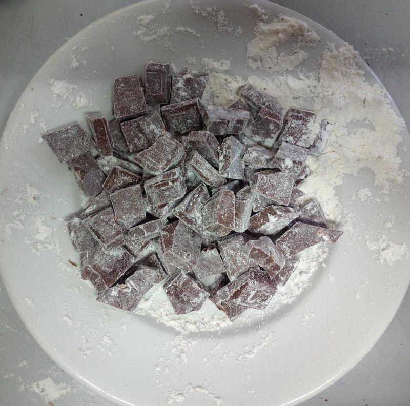 Torta soffice all'olio con carote, cocco e cioccolato