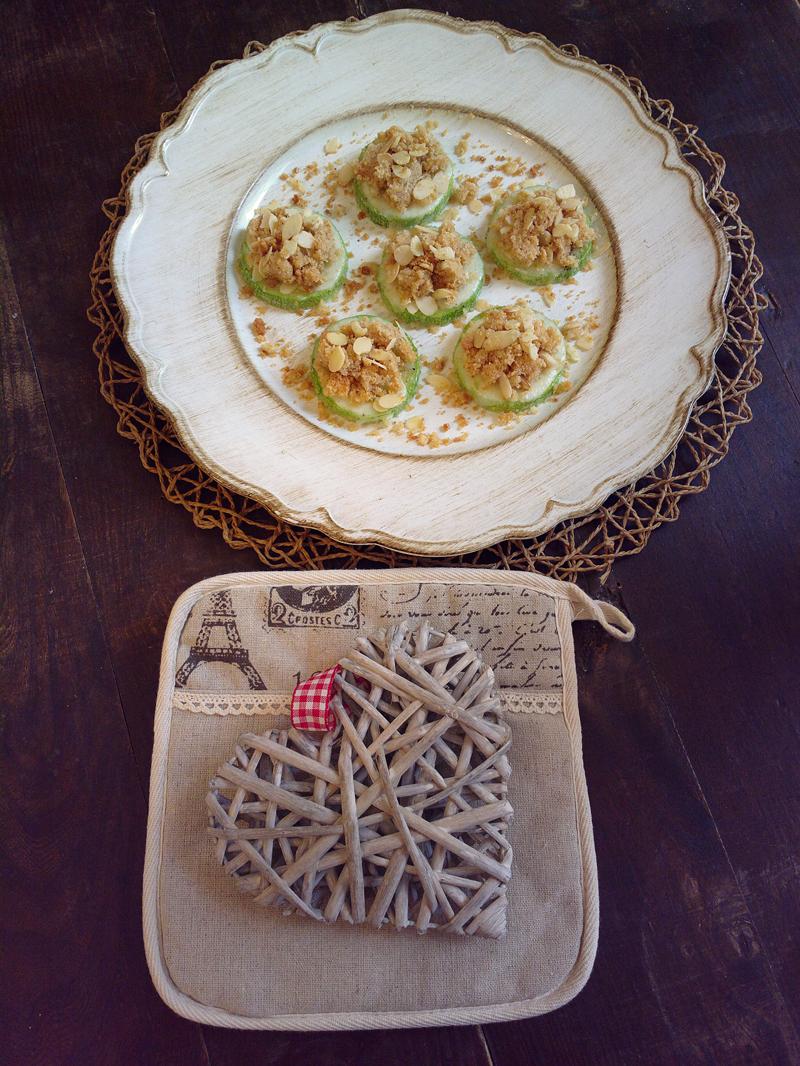 Rotelle di zucchine al forno con crumble di parmigiano e mandorle