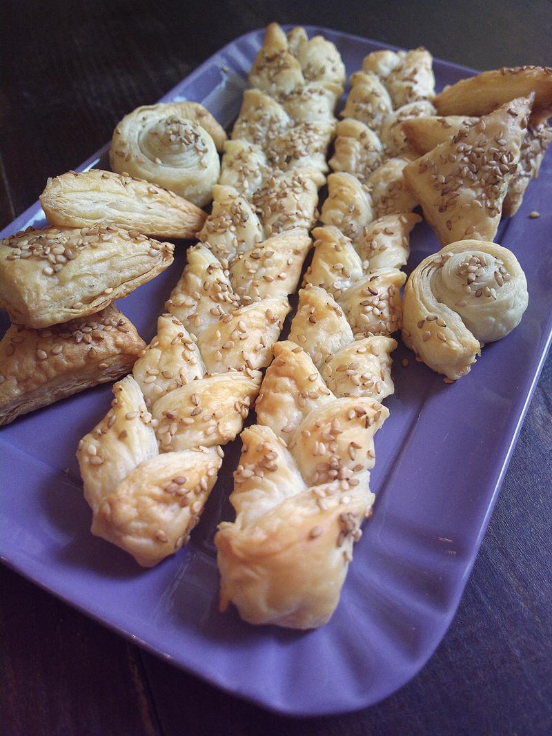 Stuzzichini di pasta sfoglia e sesamo - idea aperitivo