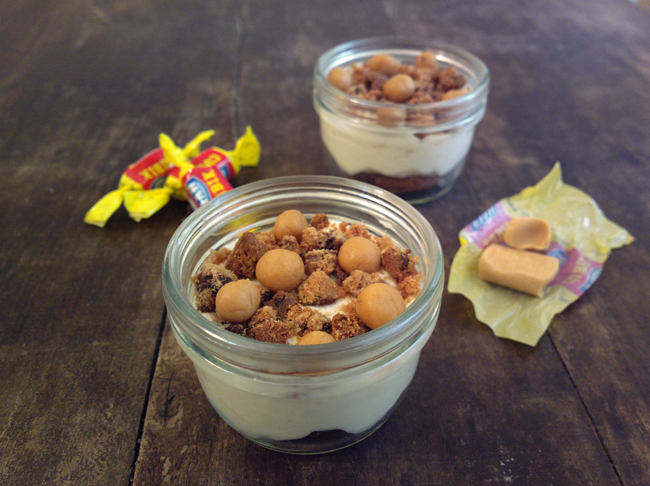 Cookie and mou cheesecake in a jar
