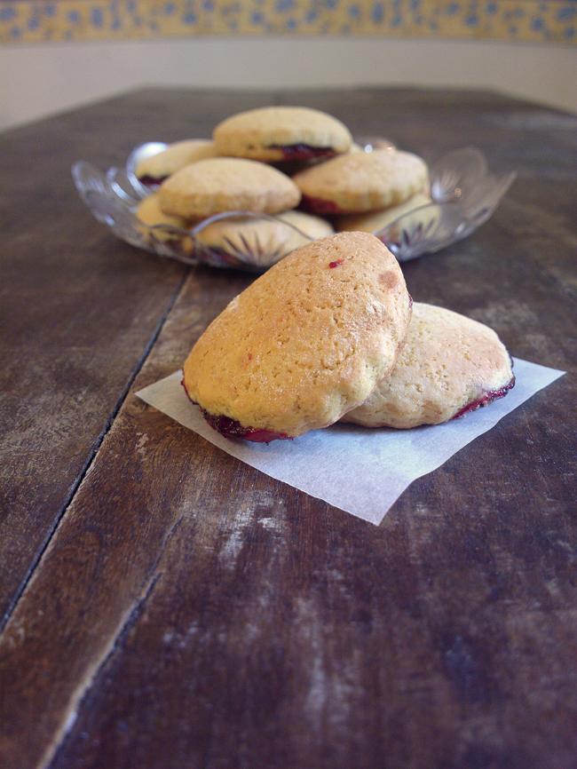 Biscottini di pasta frolla morbida ripieni di marmellata di zia Paola