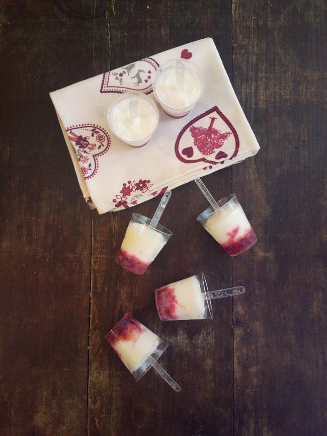 Mini frozen yogurt alle ciliegie nei bicchierini da caffè