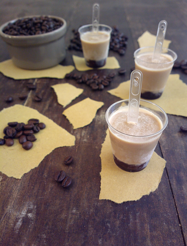 Mini frozen cappuccino nei bicchierini da caffè