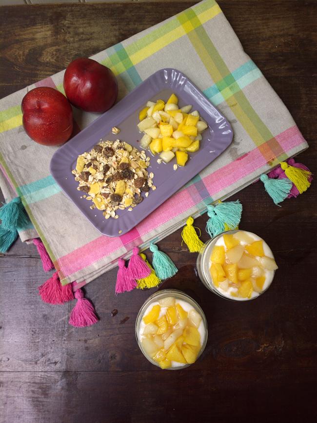 Mousse di yogurt, muesli e pesche in barattolo
