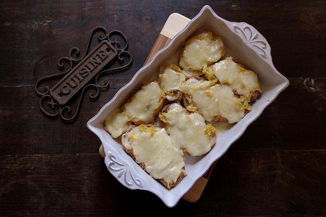 Crostoni di pane con cavolo verza e toma piemontese