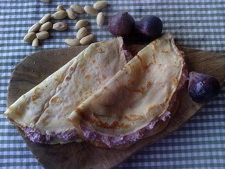 Crêpes dolci con crema di ricotta, fichi e mandorle