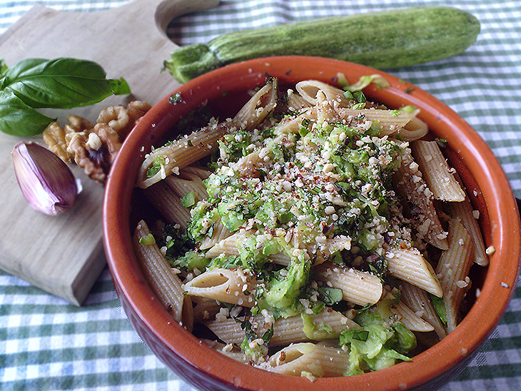 Pasta light con pesto di zucchine, stracchino e noci