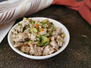 Carne macinata con zucchine in padella