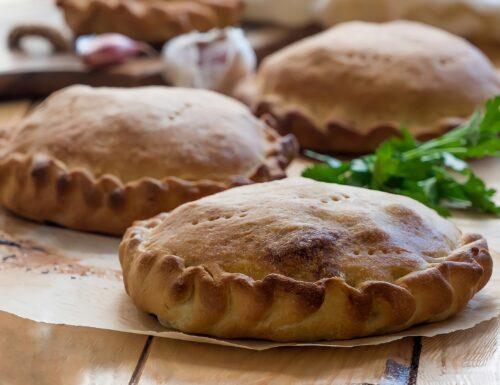 Impanate ragusane ripiene di agnello, patate e piselli