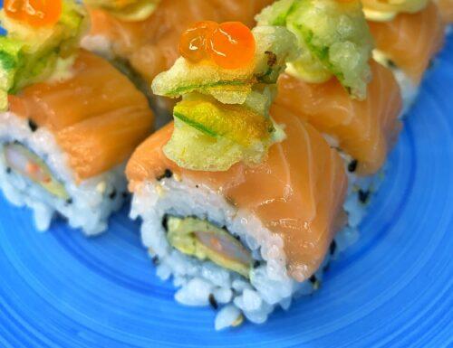 Uramaki roll con gambero, fiori di zucca in tempura e ikura