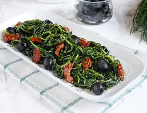 Agretti in padella con pomodorini secchi e olive