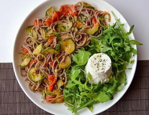 Piatto unico estivo: Spaghetti di grano saraceno, zucchine e pachino con ricottina biologica su letto di rucola