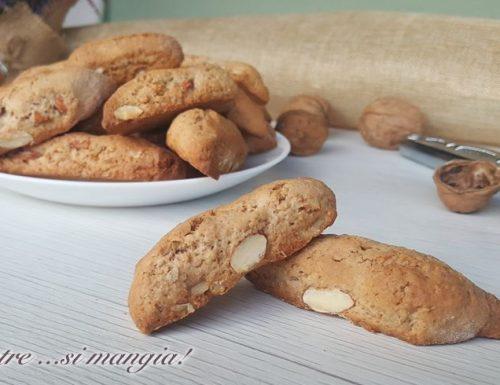 Biscotti integrali con noci, mandorle e pere