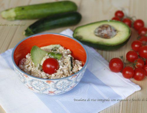 Insalata di riso, con avocado e fiocchi di latte