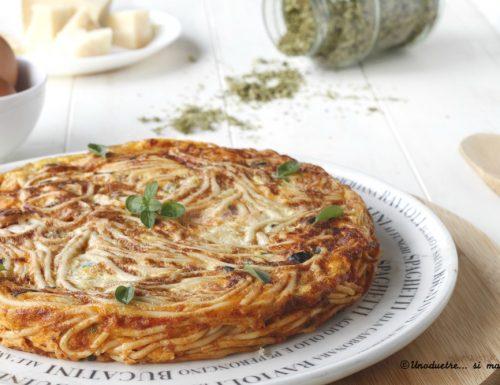 Frittata di spaghetti saporita alle olive