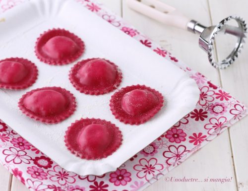 Ravioli rossi con robiola, speck e noci