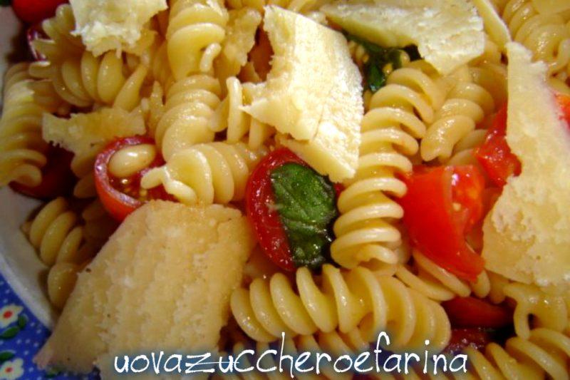 Pasta fredda con pomodorini, pinoli e Parmigiano