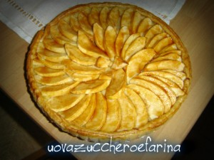torta di pasta sfoglia con mele e crema