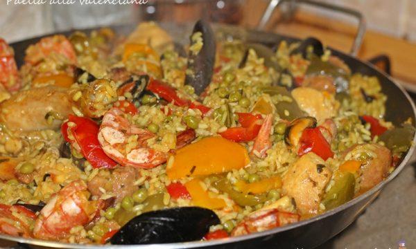 Paella alla valenciana con carne e pesce
