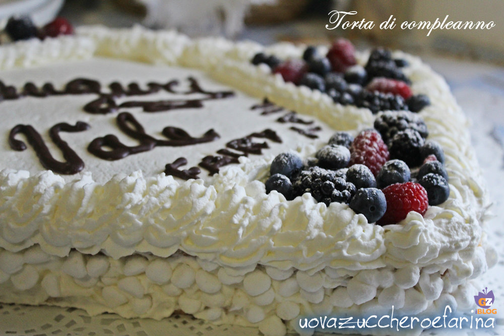 torta di compleanno con panna e frutti di bosco