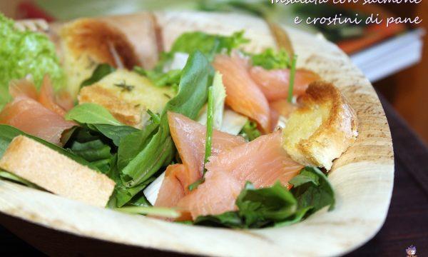 Insalata con salmone e crostini di pane