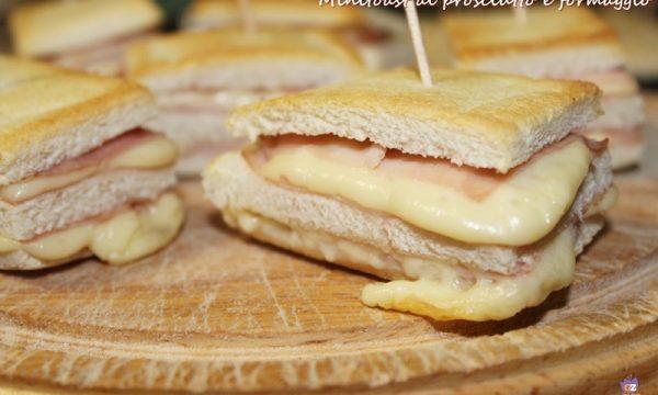Mini toast al prosciutto e formaggio