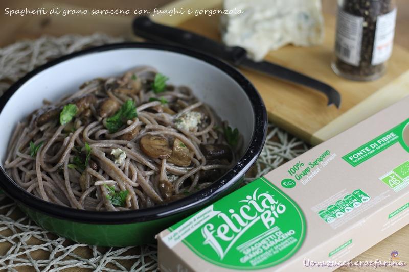 spaghetti di grano saraceno con funghi e gorgonzola