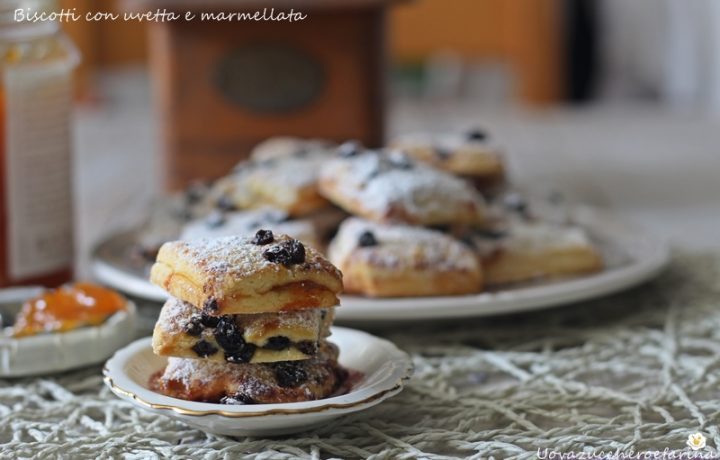 Biscotti con uvetta e marmellata