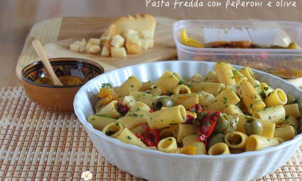 Pasta fredda con peperoni e olive