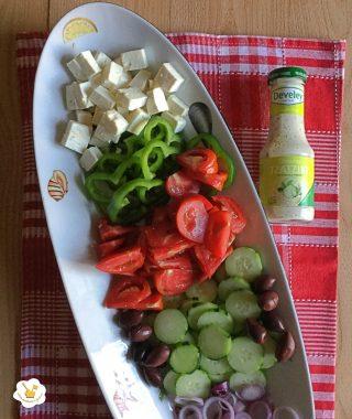 insalata greca con feta salsa tzatziki develey