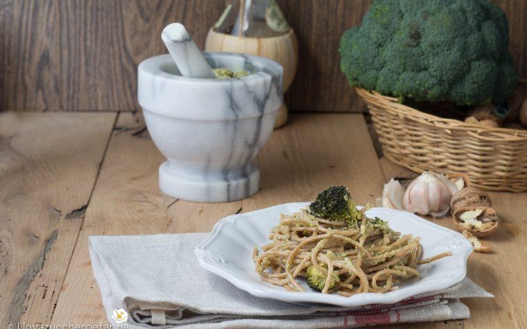 Spaghetti con pesto di broccoli e noci