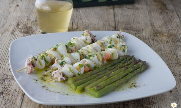 Spiedini di pesce con asparagi a vapore