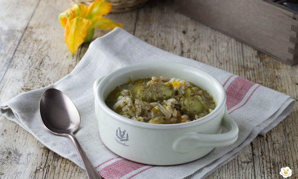 Zuppa di farro e orzo con zucchine e fiori di zucca