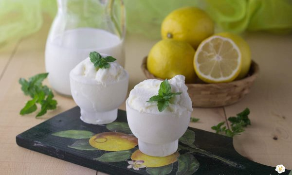 Gelato al limone con la gelatiera