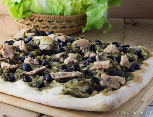 Focaccia con scarola sardine e olive nere