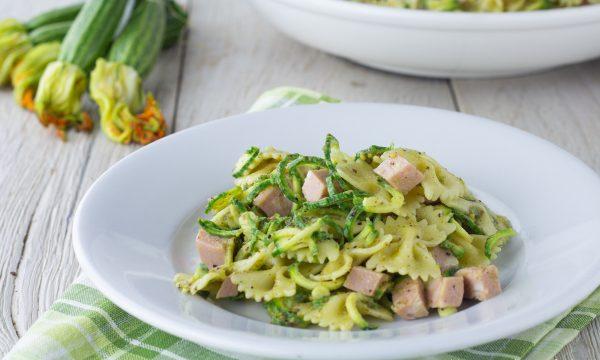 Pasta fredda con pesto di pistacchi mortadella e zucchine