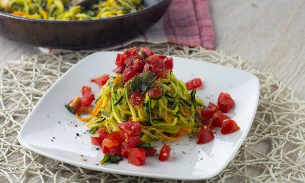 Spaghetti di zucchine e carote con pomodoro fresco