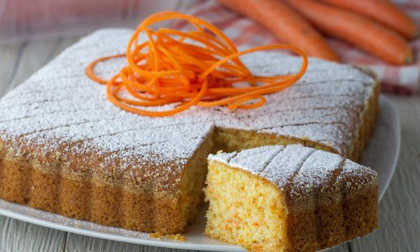 Torta semplice di carote e mandorle