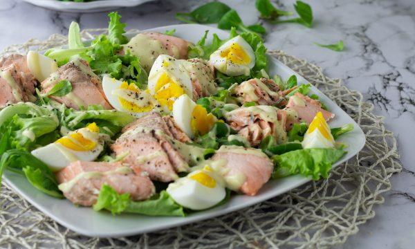 Insalata di salmone e uova sode con salsa all'avocado