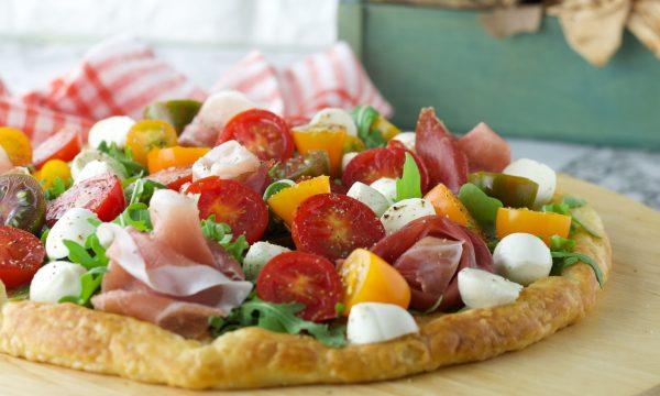 Pizza di pasta sfoglia con rucola e pomodorini