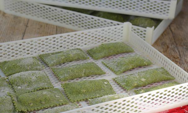 Ravioli verdi al cavolo nero ripieni di ricotta e patate