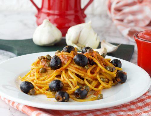 Spaghetti olive e capperi al pomodoro