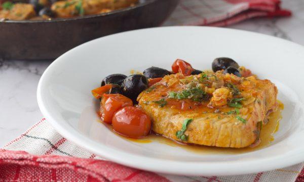 Tonno fresco con pomodorini e olive