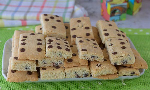 Biscotti domino con gocce di cioccolato