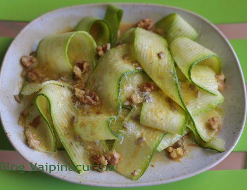 Zucchine a nastro con semi di girasole e noci