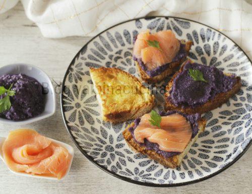 Crostino al salmone con mousse di cavolo