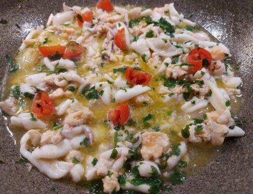 Salmone e calamari condimento per spaghetti