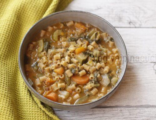 Pasta con minestrone e lenticchie rosse.
